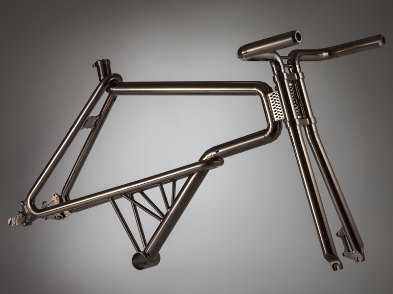 The all-titanium frame SAMURAI was created through a fusion of Japanese skills and tradition.