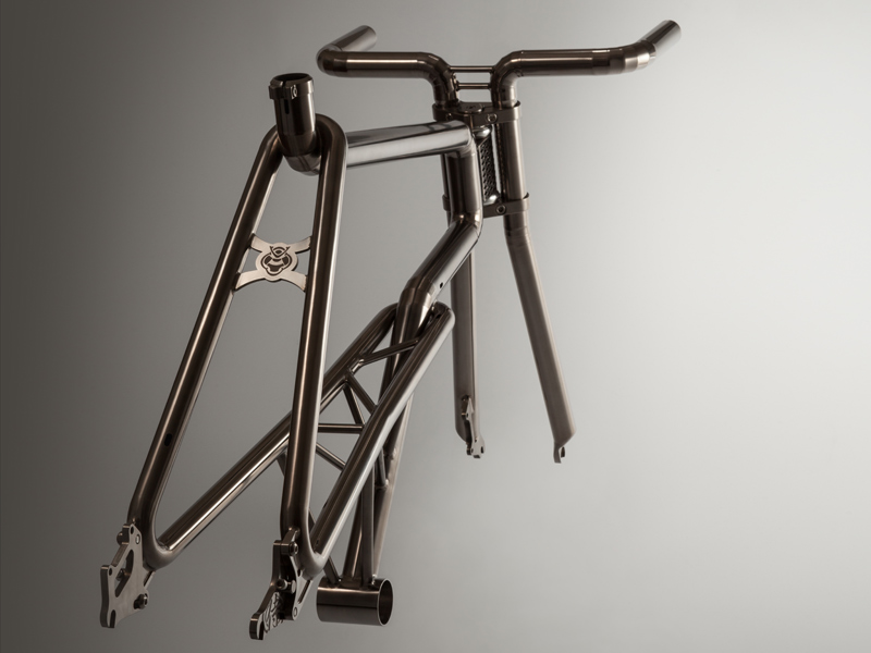 The all-titanium frame SAMURAI was created through a fusion of Japanese skills and tradition.SAMURAI BIKE.